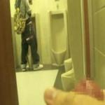【無修正 ゲイ動画 xvideos】素人投稿動画!デパートのトイレでオナニーを自画撮り!興奮きわまりドアを開放して公開オナニー!