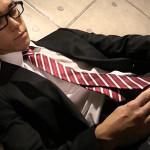【ゲイ動画 Pornhub】黒縁メガネが似合うサラリーマンがスーツ姿でオナニー!それを見て我慢できず男優も参戦し発射のお手伝い