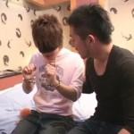 【ゲイ動画 xvideos】近親相姦!弟をラブホテルに連れ込み目隠し拘束プレイで弟の身体を好き放題イタズラする変態兄貴!