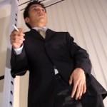 【ゲイ動画 Redtube】クールな雰囲気のスーツ姿のビジネスマンがスーツのお尻部分だけ穴を開けて着衣状態でアナルファック!