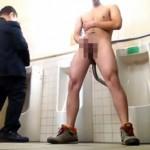 【無修正 ゲイ動画 pornhub】ゲイ素人ドッキリ動画!一般人が用を足す中、お構いなしにチンポシゴいてザーメン発射w