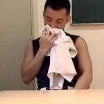 【ゲイ動画 xvideos】匂いフェチの隠れホモ野球部員が教室でこっそりイケメン部員のユニフォームを嗅いでいるのがバレテしまい…