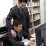 【ゲイ動画 pornhub】残業中に若リーマンと上司が誰もいない2人きりのオフィスでスーツ姿アナルファック!