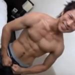 【無修正 ゲイ動画 redtube】19歳ノンケボクサーのオナニー撮影!・・・っと思いきや突然の乱入者に大慌ての男の子ww