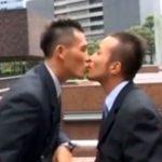 【ゲイ動画 pornhub】都庁をバックに大胆なキスをするリーマンカップルの本気アナルファックが激ヤバな件ww