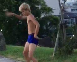 【ゲイビ無料】金髪のヤンチャ系ノンケが水着姿で変な踊りwww