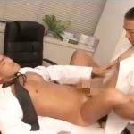 【ゲイ動画 pornhub】マッチョすぎるゲイドクターは患者そっちのけで助手とアナルファックwww