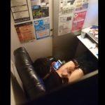 【ゲイ動画 pornhub】ネットカフェで隣りのブースの物音が気になったのでこっそり覗いてみたら・・・w