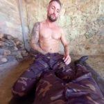 【VRゲイ動画】「お前イケメンだなっ!」訓練が終わり一人休んでいたら違う部隊のゲイにスボンを降ろされチンコを咥えられたんだがw