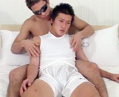 【ゲイビデオ】体育会系ノンケ大学生の初ゲイ体験!不安そうな表情を見せるが身体は正直でデカマラを弄られ男に射精させられるw