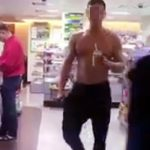 【twitter動画】上半身裸でコンビニに入り堂々と買い物を行うノンケ素人w馴染み過ぎて周りも注意しないw