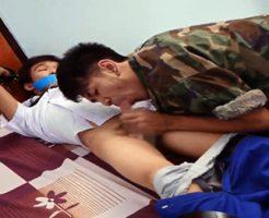 【ゲイ動画無料】海外の衝撃ゲイ事情・・兵隊に押し入られ小学生位のショタ男子が両親の目の前で犯されるレイプ動画・・・