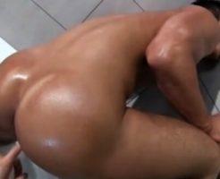【ゲイ動画無料】男らしいガチムチ野郎の突き出されたプリケツに本番ナマ挿入!情けない喘ぎ声をあげながらチンポの味を楽しみながらのアナルファック
