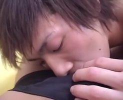 【ゲイ動画】エロ~い目つきのキツネ顔イケメンがカメラ目線でチンポをジュポジュポフェラ!顔射をキメられるもクールな表情は変わらない