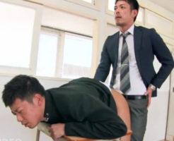 【ゲイ動画】密かに付き合っている教師と男子高校生は常に発情中!テスト中だって教室で他の生徒にお構いなしにアナルセックス!