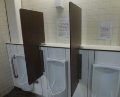 【ゲイ体験談】大学生がハッテン場のトイレでオナニーしようとしたところ、先客のリーマンがシコっている現場に遭遇…