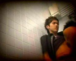 【ゲイ動画】ハッテン場個室トイレの盗撮映像!立ちバックでイケメンをガン掘りする若い男!