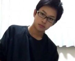 【無修正ゲイ動画】中学生でも通用するくらいの眼鏡が似合う童顔イケメンノンケ大学生の自撮りオナニー映像!