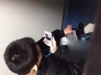 【ゲイ動画 xvideos】射精したくて我慢出来なくなった少年が公衆トイレでスマホ片手にオナニーする様子が盗撮される・・・