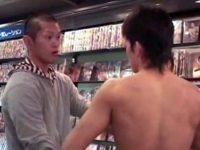 【ゲイ動画 TUBE8】ゲイショップで全裸露出男が出現!その時の店長の対応が神ってるw