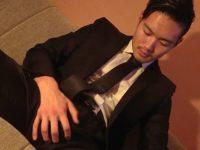 【ゲイ動画 xvideos】仕事帰りで疲れマラなノンケリーマンに突撃!「今スッキリしたくないですか!?」と誘ってホテルで素人チンコをゴチですw