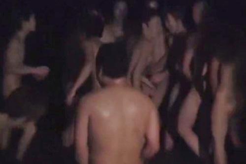 【ゲイ動画 pornhub】街中を全裸の男達が歩きまわるお祭りw若いノンケの引き締まった身体をガッツリ撮影!ポロリもあるよw