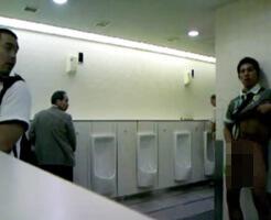 【無修正ゲイ動画】ノンケも利用するハッテン場トイレで下半身を露出させる男と、それに群がる見ず知らずの男たち…