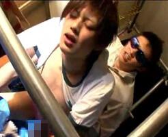 【ゲイ動画】バックから掘られながらチンコおっ勃ててる変態イケメンをブルーシートの上で犯す!
