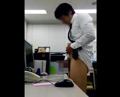 【Tumblr動画】職場オナニーサイコーや!残業中のリーマンが気になるあの子のデスクにザーメンぶっかけ!